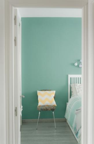 puerta a un dormitorio turquesa relajante