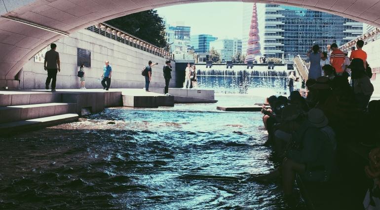 Rio artificial en el medio de Seúl
