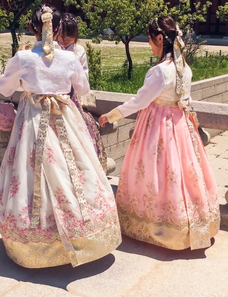Mujeres vistiendo el hanbok tradicional de la era de Joseon